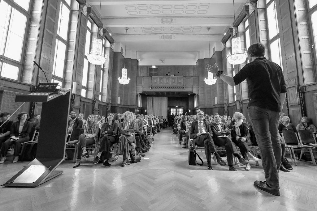 """Wien - Die Fachtagung """"OeAD macht Schule"""" thematisierte, was Lehrkräfte bei der (Weiter-)Entwicklung digitaler Kompetenzen unterstützt. Rund 250 Bildungsfachleute aus Österreich und Deutschland nahmen an der Tagung teil. Hilfestellungen und Good-Practice-Beispiele für einen zukunftsorientierten Unterricht standen im Zentrum der Veranstaltung. Der Tenor: Algorithmen können Lehrer/innen nicht ersetzen."""
